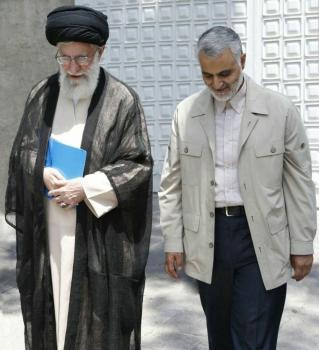 عکس دیده نشده/قدم زدن رهبر انقلاب و سردار سلیمانی
