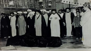 مراسم خاکسپاری آیت الله خویی با حضور آیت الله سیستانی (عکس)