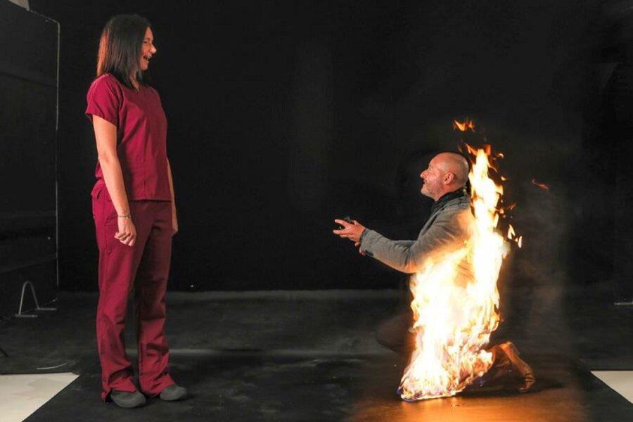 مرد بدلکار سر تا پا در آتش از زن مورد علاقه اش خواستگاری کرد!+عکس