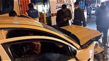 نجات راننده از میان آهن پاره ها/تصادف ریو با مینی بوس در اصفهان